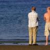 Wstyd mężczyzn na plaży